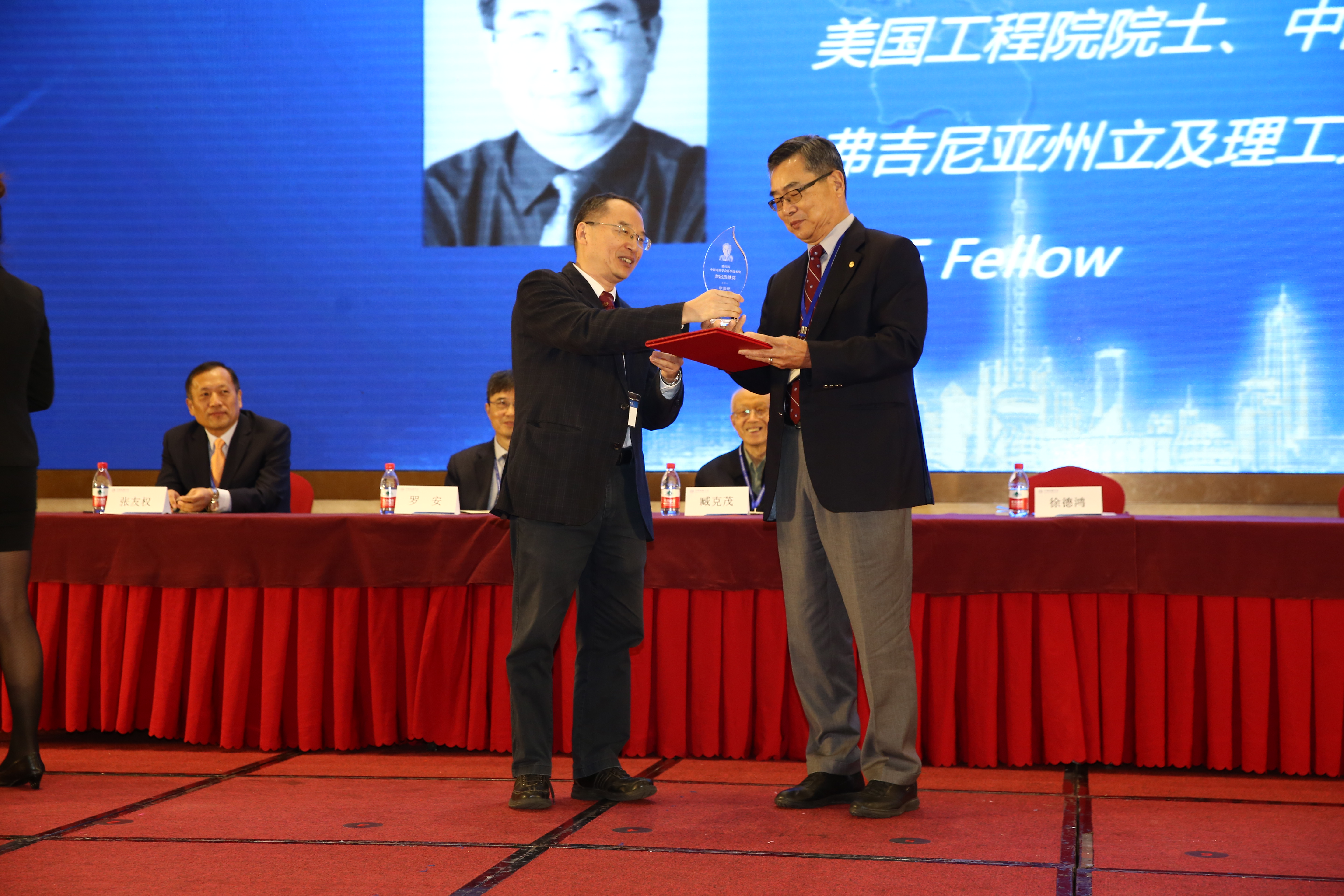 Image of Dr. Lee receiving CPSS Award